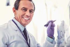 Starzenie chemik jest ubranym błękitnego rękawiczkowego działanie obrazy royalty free