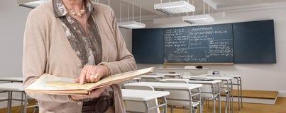 Starzenie nauczyciel w sali lekcyjnej fotografia stock