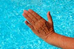 starzenie się ręka stara Zdjęcia Stock