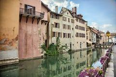 Starzy średniowieczni domy i wodni kanały w Annecy, Francja Obrazy Royalty Free