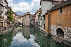 Starzy średniowieczni domy i wodni kanały w Annecy, Francja Zdjęcia Royalty Free