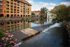 Starzy średniowieczni domy i wodni kanały w Annecy, Francja Fotografia Stock