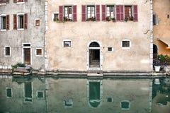 Starzy średniowieczni domy i wodni kanały w Annecy, Francja Zdjęcie Stock