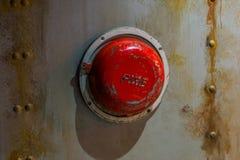 Starzy alarmowi systemy, Klasyczny rocznika ogienia dzwon alarmowy na ścianie łódź podwodna zdjęcia royalty free