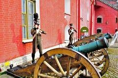 Starzy artyleria pistolety blisko Naryshkin bastionu Peter i Paul forteca z wosk statuami Rosyjscy żołnierze, St Petersburg, Russ Zdjęcie Stock