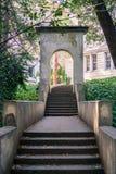 Starzy betonowi schodki i pamiątkowy rzymski łuk, fotografia stock