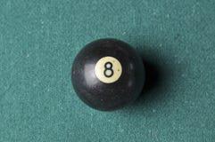 Starzy 8 bilardowej piłki liczby czarny kolor na zielonym bilardowym stole, kopii przestrzeń zdjęcie royalty free