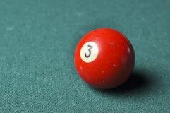 Starzy 3 bilardowej piłki liczby czerwony kolor na zielonym bilardowym stole, kopii przestrzeń fotografia stock