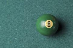 Starzy 6 bilardowej piłki liczby zielony kolor na zielonym bilardowym stole, kopii przestrzeń obraz royalty free