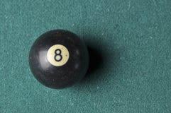 Starzy 8 bilardowej pi?ki liczby czarny kolor na zielonym bilardowym stole, kopii przestrze? fotografia stock