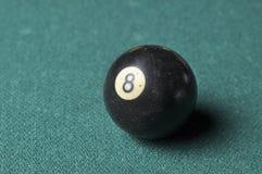 Starzy 8 bilardowej pi?ki liczby czarny kolor na zielonym bilardowym stole, kopii przestrze? obrazy stock
