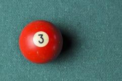 Starzy 3 bilardowej pi?ki liczby czerwony kolor na zielonym bilardowym stole, kopii przestrze? obraz royalty free