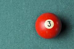 Starzy 3 bilardowej pi?ki liczby czerwony kolor na zielonym bilardowym stole, kopii przestrze? zdjęcie stock