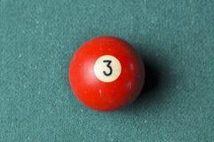 Starzy 3 bilardowej pi?ki liczby czerwony kolor na zielonym bilardowym stole, kopii przestrze? fotografia royalty free