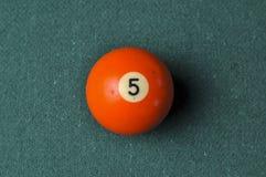 Starzy 5 bilardowej pi?ki liczby pomara?czowy kolor na zielonym bilardowym stole, kopii przestrze? zdjęcie royalty free