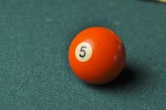 Starzy 5 bilardowej pi?ki liczby pomara?czowy kolor na zielonym bilardowym stole, kopii przestrze? zdjęcie stock