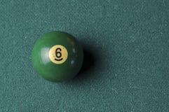 Starzy 6 bilardowej pi?ki liczby zielony kolor na zielonym bilardowym stole, kopii przestrze? obrazy royalty free