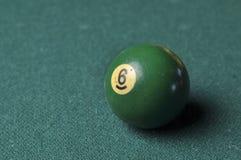 Starzy 6 bilardowej pi?ki liczby zielony kolor na zielonym bilardowym stole, kopii przestrze? zdjęcie stock