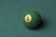 Starzy 6 bilardowej pi?ki liczby zielony kolor na zielonym bilardowym stole, kopii przestrze? obraz stock