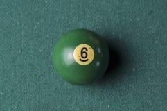Starzy 6 bilardowej pi?ki liczby zielony kolor na zielonym bilardowym stole, kopii przestrze? fotografia stock