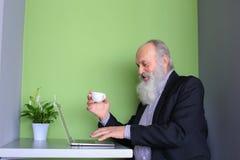 Starzy biznesmeni wydają instrukcje podwładni online, rozmowa Zdjęcia Stock