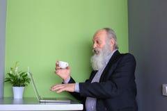 Starzy biznesmeni wydają instrukcje podwładni online, rozmowa Zdjęcie Royalty Free