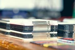 Starzy brogujący opadający dyski na stole obrazy royalty free
