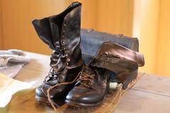 Starzy Brown buty na Drewnianym stole Zdjęcia Royalty Free