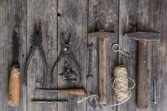Starzy budów narzędzia młoty, cążki, śrubokręt, ścinaka kłamstwo na starzeć się drewnianych deskach ciemny kolor z ekspresyjną te Obraz Royalty Free