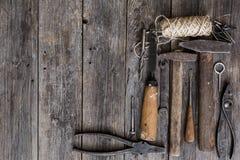Starzy budów narzędzia młoty, cążki, śrubokręt, ścinaka kłamstwo na starzeć się drewnianych deskach ciemny kolor z ekspresyjną te Fotografia Stock