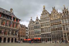 Starzy budynki i urząd miasta przy Grote Targowym kwadratem w Antwerp Fotografia Royalty Free