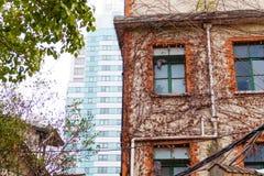 Starzy budynki współżyją z nowożytnymi drapaczami chmur w Szanghaj, Chiny obrazy stock