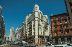 Starzy budynki z sklepami i ludzie na ruchliwej ulicie Madryt obrazy royalty free