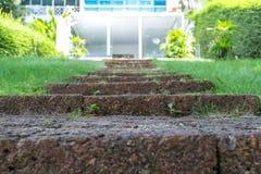 Starzy ceglani schodki, stosowni dla ciąć w przedpole zdjęcie stock