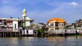 Starzy Chao Phraya Rzeczni Tajlandzcy tradycyjni domy Obrazy Royalty Free