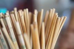 Starzy chińscy drewniani chopsticks przy restauracją obraz royalty free