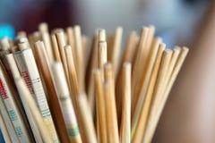 Starzy chińscy drewniani chopsticks przy restauracją zdjęcia stock