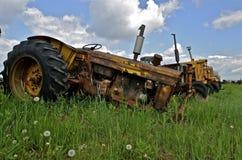 Starzy ciągniki opuszczali dla odzysk dżonki i części, obraz royalty free