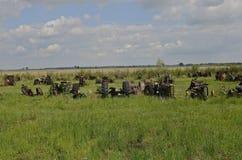 Starzy ciągniki opuszczali dla odzysk dżonki i części, obraz stock