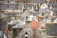 Starzy croft domy w Cullen, wioska rybacka na mureny Firth, Szkocja Cullen wiadukt w tle, starych dachach i kominach, zdjęcia stock