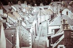 Starzy croft domy w Cullen, wioska rybacka na mureny Firth, Szkocja Cullen wiadukt w tle, starych dachach i kominach, obrazy royalty free