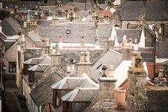 Starzy croft domy w Cullen, wioska rybacka na mureny Firth, Szkocja Cullen wiadukt w tle, starych dachach i kominach, zdjęcie royalty free