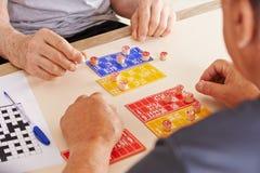 Starzy człowiecy bawić się Bingo wpólnie Obraz Stock