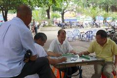 Starzy człowiecy bawić się mahjong Zdjęcia Royalty Free