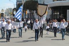 Starzy człowiecy znoszący flagi, standardy i znaki na paradzie, fotografia royalty free