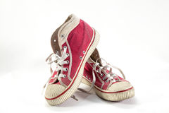 Starzy czerwoni sneakers na białym tle. Obrazy Stock