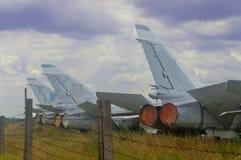 Starzy dżetowi samoloty parkujący na nieba tle obraz stock
