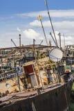 Starzy Decommissioned naczynia Przy statku Junkyard Na Sava rzece - Obraz Royalty Free