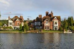 Starzy domy i biały czółno nad rzecznym Thames, Marlow Obraz Stock