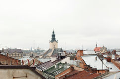 Starzy domy i górują historyczny miasto Lvov Ukraina, widok Obrazy Stock